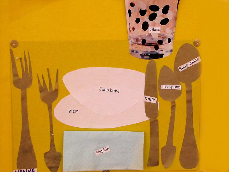 Группа Little Stars готовилась к ужину серьезно.  Учились сервировать стол.